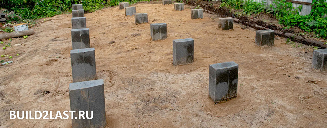 Использование дорожного бордюрного камня в качестве столбов для фундамента