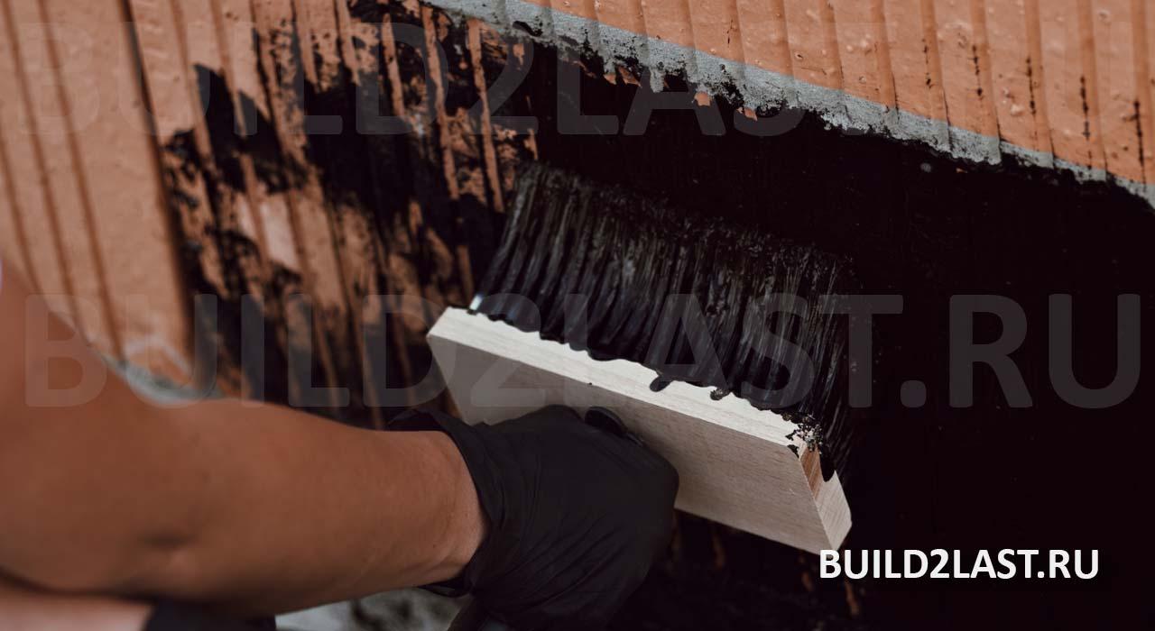 Нанесение битумной мастики на фундамент, облицованный термокерамическими блоками