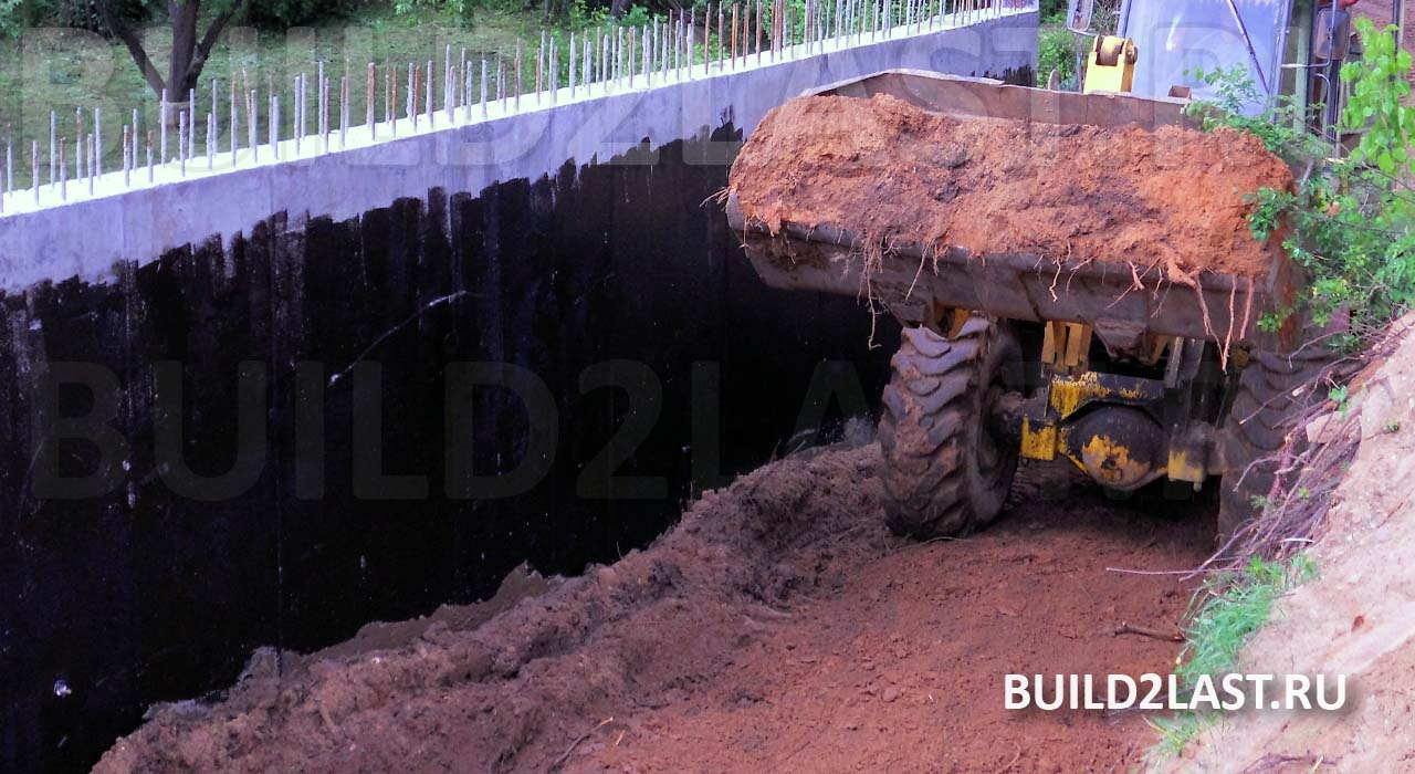 Фото стены ленточного фундамента глубокого залегания с выполненной гидроизоляцией