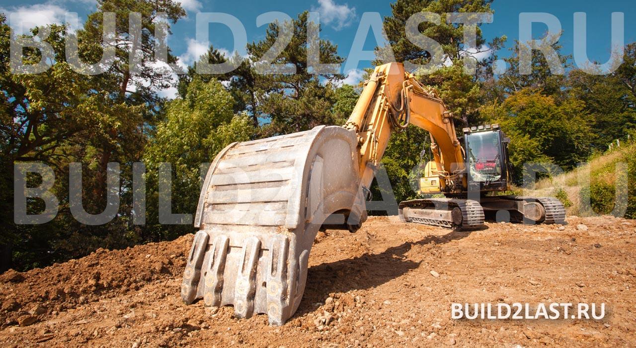 Экскаватор начинает копать котлован для изъятия пучинистого грунта и засыпки щебня на его места