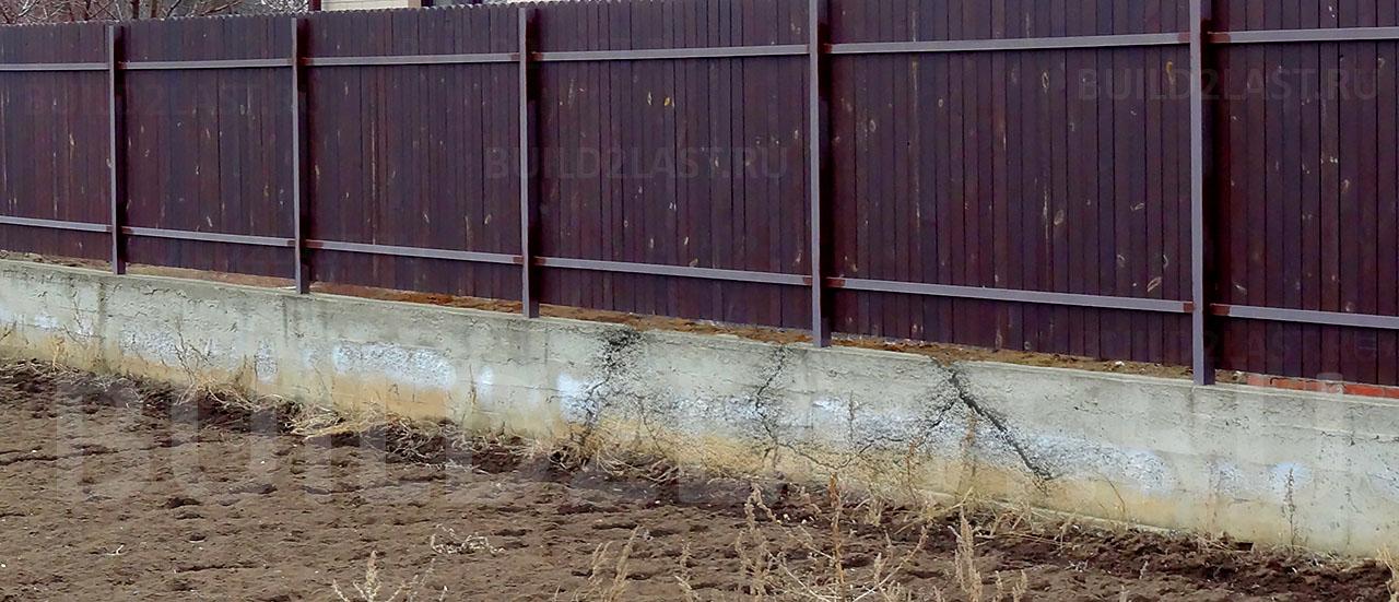 Разрушение стены здания из-за воздействия сил морозного пучения