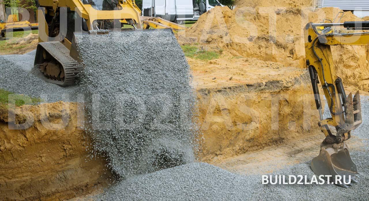 Бульдозер засыпает непучинистый щебень на место пучинистого грунта